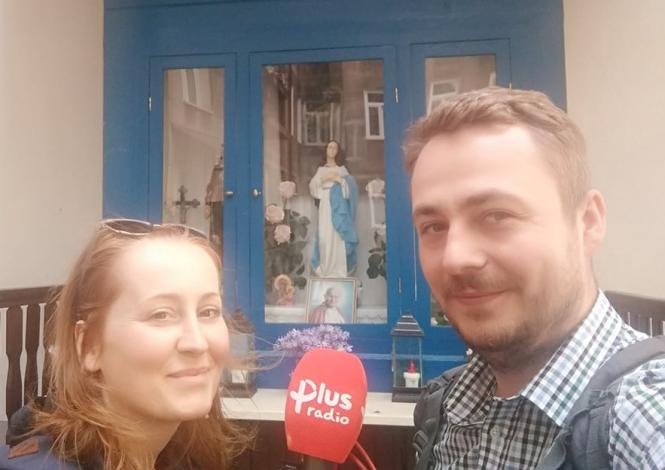 Marta z Marcinem Strachotą ze Skarbów Warszawy, kapliczka przy ul. Targowej
